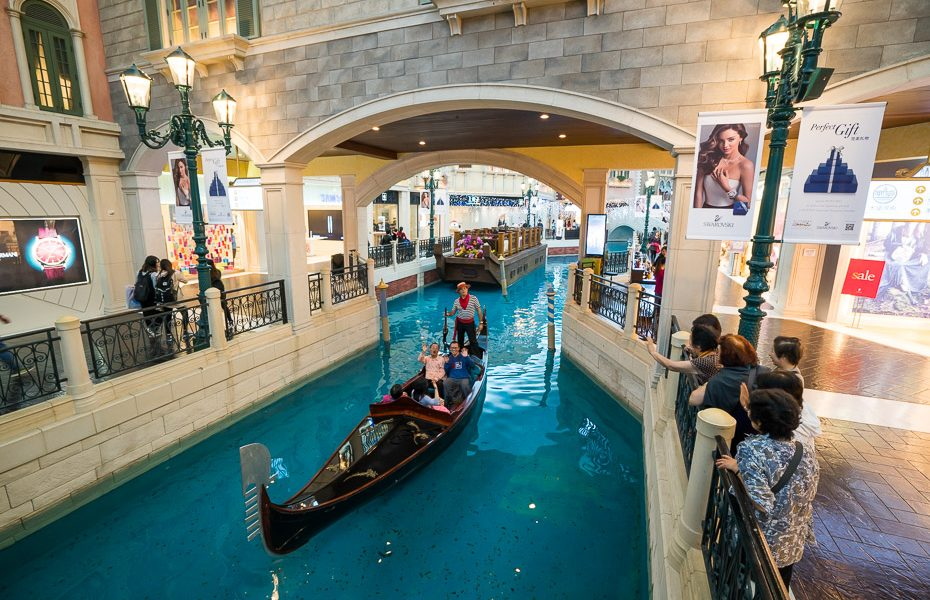 chinese gondoliers in the venetian macau