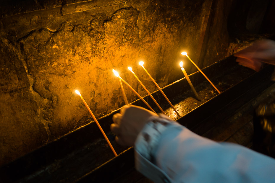 sacred candles tomb jesus israel holy sepulchre church