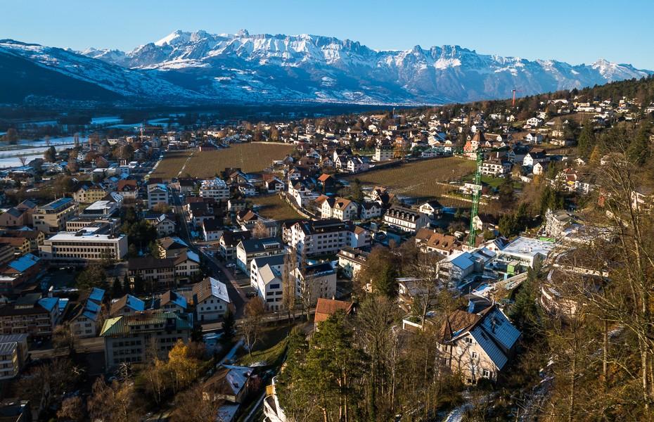 skatu-tornis-skats-princis-lihtensteina-kalni-alpi-vaduca-ziemassvetki-930x600