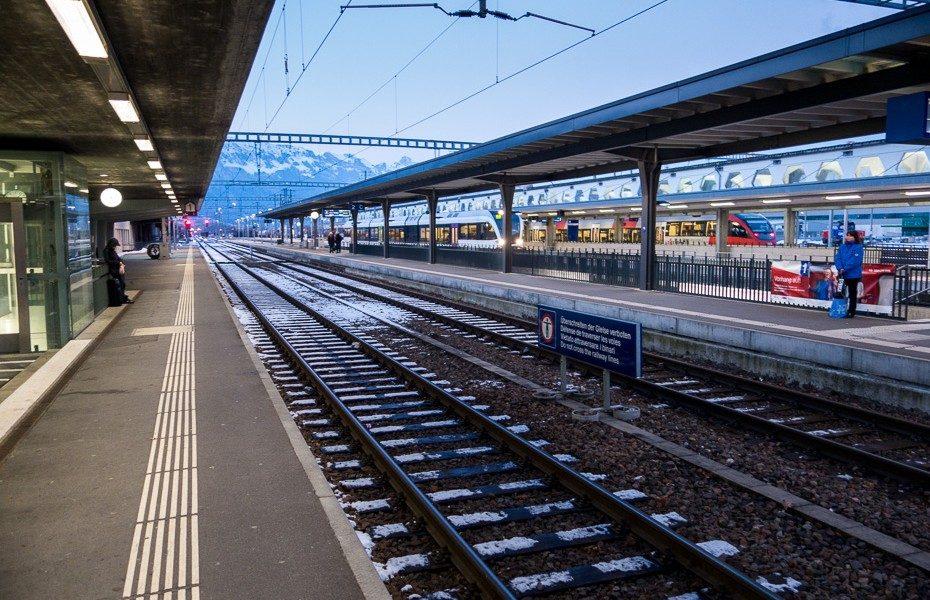 sveice-dzelzcela-stacija-vilciens-europa-bagats-daba-kalni-930x600