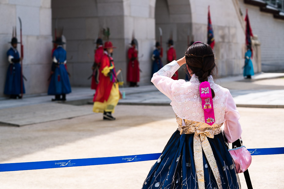 ef4a2489e On the day of renting it is very warm, +37°C, so I opt for renting hanbok  in the first place that offers it, right next to the entrance to the  palace, ...
