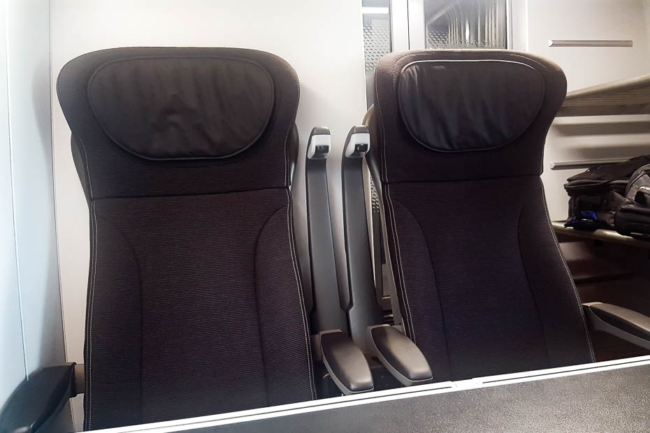 tables and outlets in eurostar train from paris or brussels to london